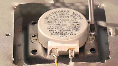 Comment changer le moteur du plateau sur un micro-ondes ?